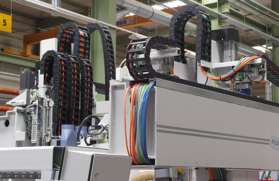 Igus 174 モジュラー式cnc複合工作機械 ケーブル保護管事例